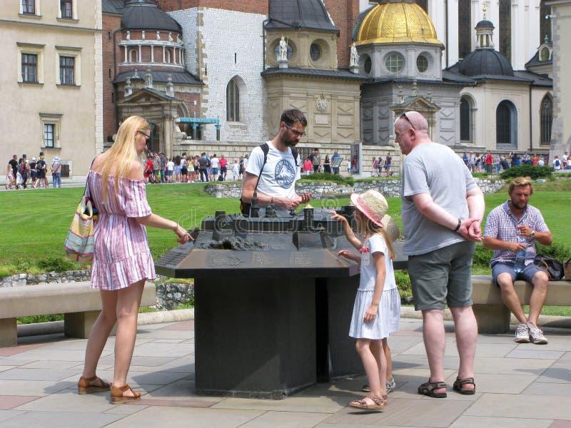 Krakow, Polônia, castelo de Wawel, pessoa, disposição do castelo fotografia de stock royalty free