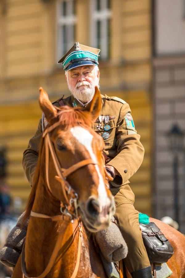 KRAKOW, POLÔNIA - cavalaria polonesa durante o anuário do nacional polonês e do feriado foto de stock