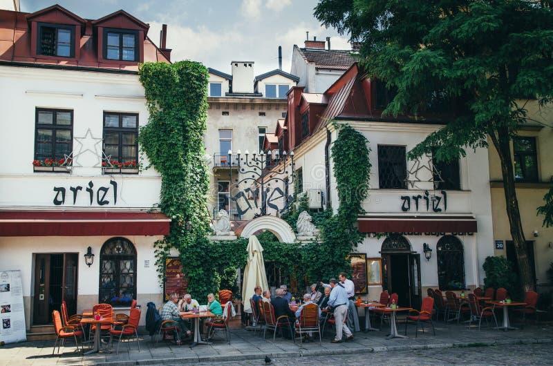 KRAKOW, POLÔNIA - 26 DE JUNHO DE 2015: Restaurante de Ariel Jewish em Kazimierz foto de stock