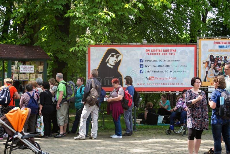 KRAKOW, POLÔNIA - 28 DE MAIO DE 2016: Turistas e peregrinos no parque perto da basílica da mercê divina do santuário em Lagiewnik imagens de stock royalty free