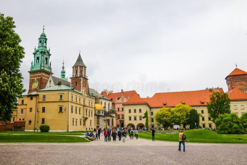 Krakow, Polônia - 21 de maio de 2019: Turistas que andam através da cidade velha de Krakow fotos de stock