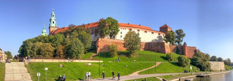 KRAKOW, POLÔNIA - 2 DE OUTUBRO DE 2017: Área do castelo da visita dos turistas, pa foto de stock