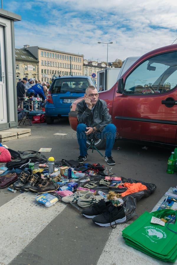Krakow, Polônia - 21 de setembro de 2018: Compradores de espera do vendedor polonês em um parque de estacionamento Está vendendo  imagem de stock