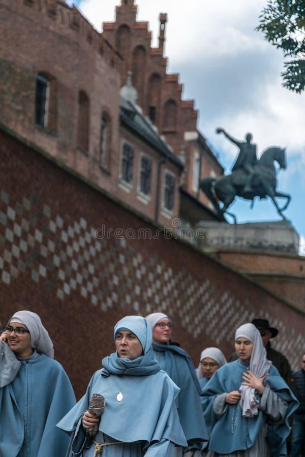 Krakow, Polônia - 23 de setembro de 2018: Freiras que andam no acesso ao castelo real de Wawel no Polônia, Krakow, com imagens de stock royalty free