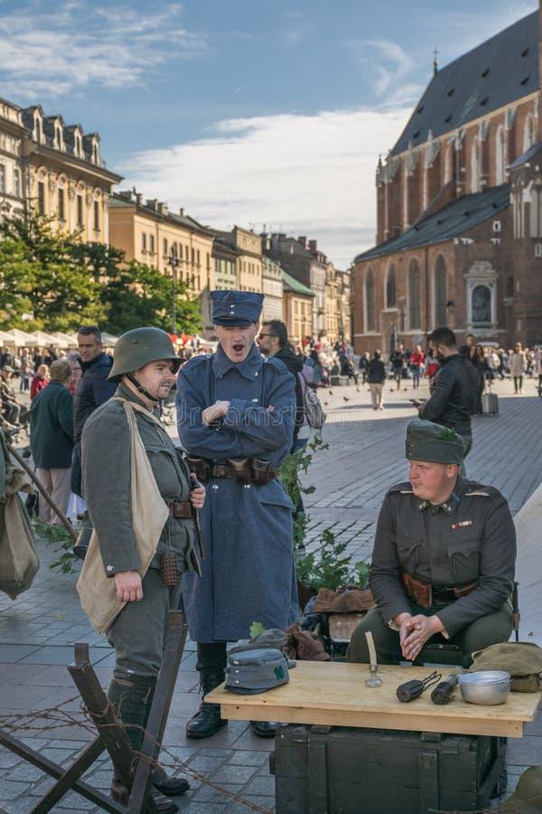 Krakow, Polônia - 23 de setembro de 2018: nMen vestido em uniformes poloneses da Primeira Guerra Mundial entre turistas em krakow fotos de stock