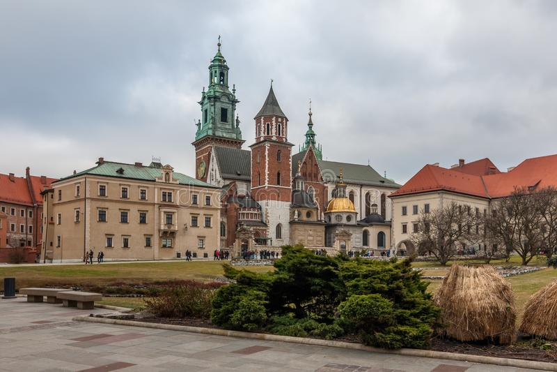 KRAKOW, POLÔNIA - DEC 29, 2016: o pátio interno do castelo real de Wawel, a catedral de Wawel de St Stanislaus e Vaclav fotos de stock