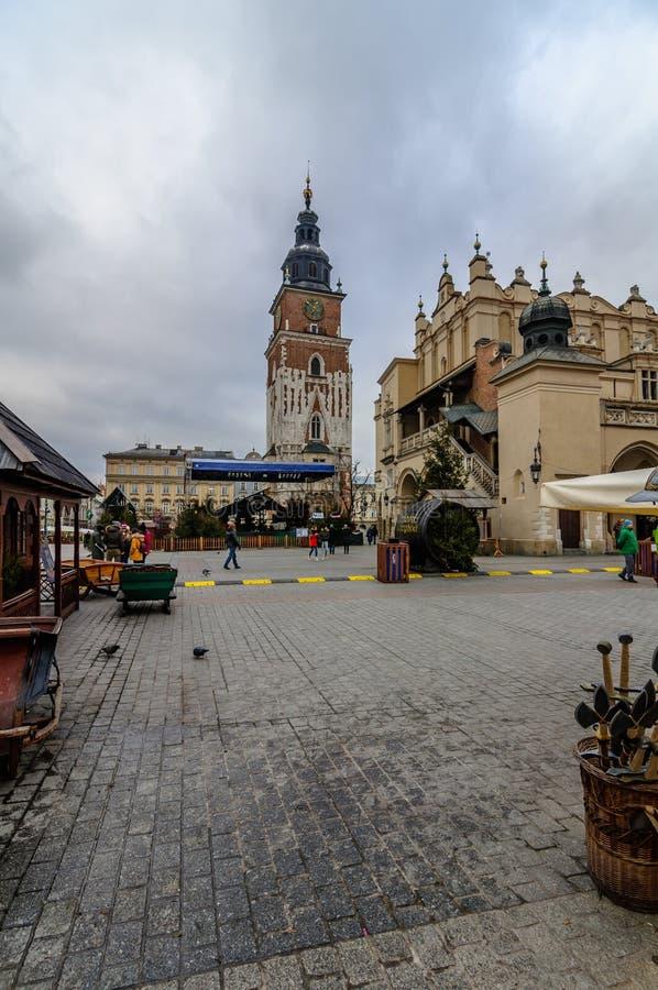 KRAKOW, POLÔNIA - DEC 29, 2016: quadrado central, arcada de compra, câmara municipal, tempo nublado fotos de stock royalty free