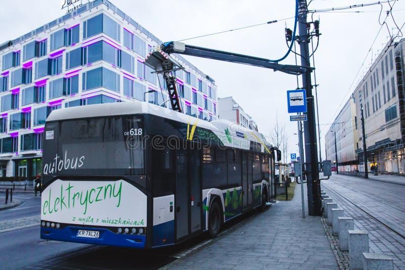 KRAKOW, POLÔNIA, o 28 de janeiro de 2017 ônibus bonde ch da cidade do passageiro imagens de stock royalty free