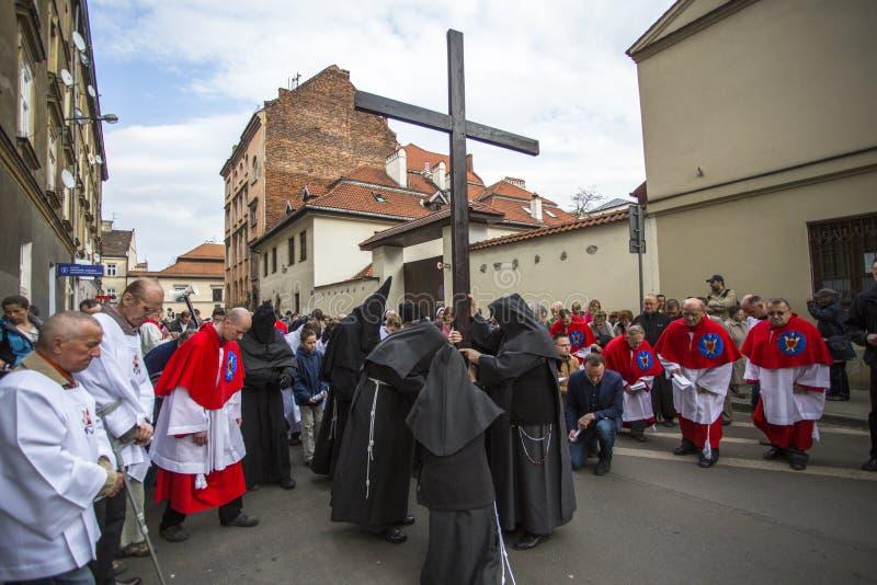 KRAKOW, POLÔNIA - os participantes da maneira da cruz no Sexta-feira Santa comemoraram no centro histórico imagens de stock