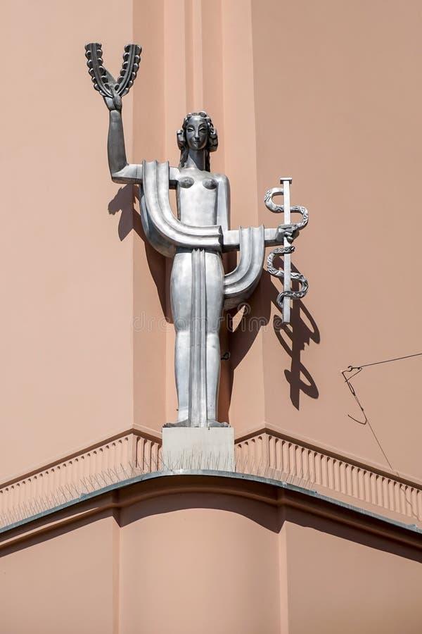 KRAKOW POLAND/EUROPE - SEPTEMBER 19: Modern skulptur av en wom royaltyfri foto