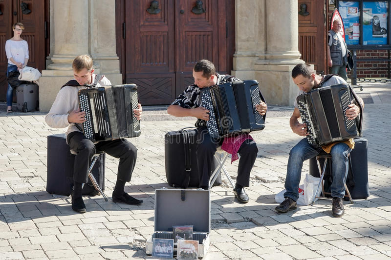 KRAKOW POLAND/EUROPE - SEPTEMBER 19: Tre män som spelar accordi royaltyfria foton