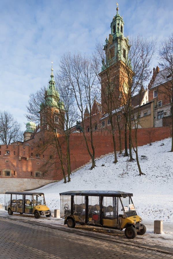 krakow Poland Wawel kasztel i dwa elektrycznego turystycznego samochodu zdjęcia royalty free