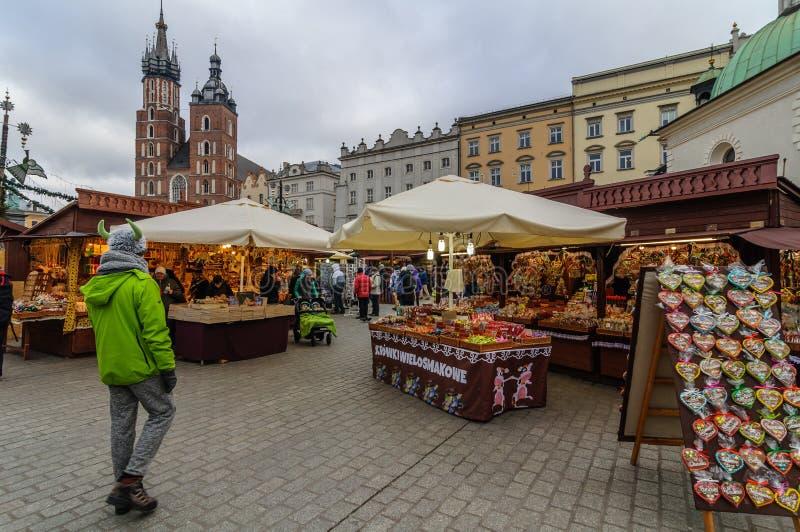 KRAKOW POLEN - DEC 29 2016: Jul som är ganska i marknadsfyrkanten längs den Krakow torkduken Hall nära stadshuset royaltyfri bild