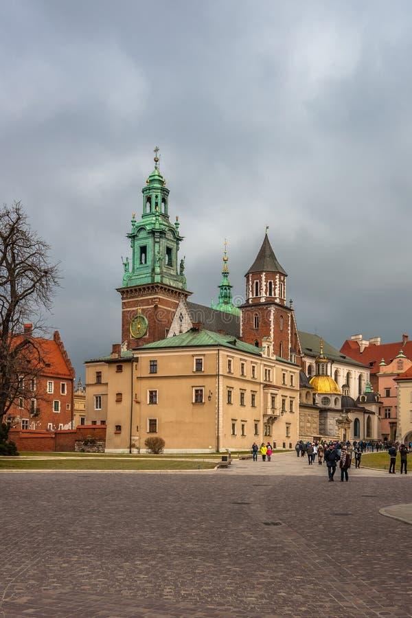 KRAKOW POLEN - DEC 29 2016: sikt från borggården av den kungliga Wawel slotten till den Wawel domkyrkan av St Stanislaus och Vac royaltyfria bilder