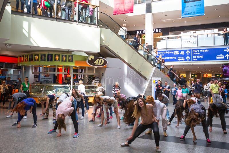KRAKOW POLEN - deltagare i en dansexponering mobbar på drevstationen för den centrala staden arkivbilder