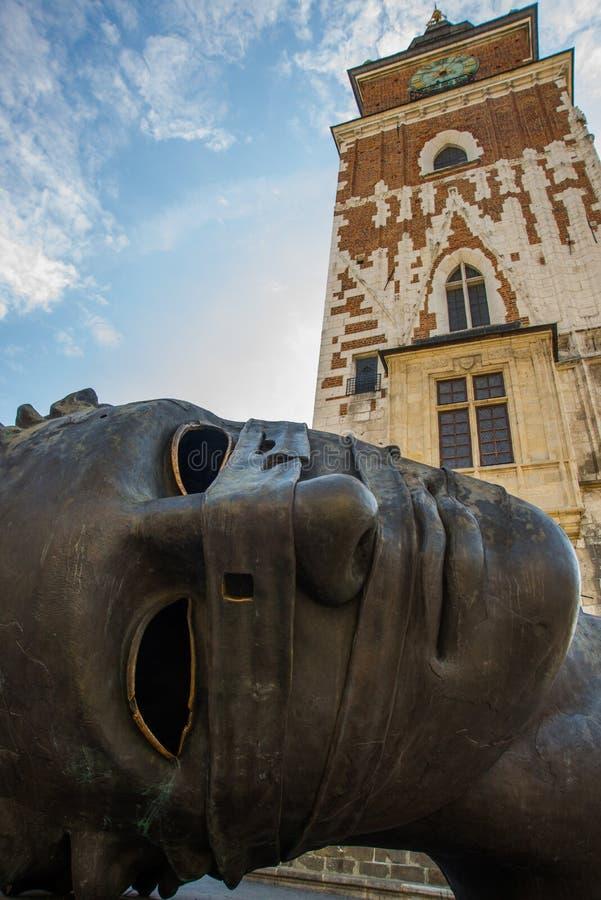KRAKOW, POLEN: Eros Bendato, jättelik staty i Rynek Glowny, Krakow Brons noggin skulpterades av Igor Mitoraj 1999 och arkivfoton