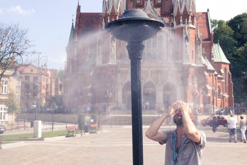 Krakow Polen, Juli 28, 2018, ung man för A står under en gata arkivfoto