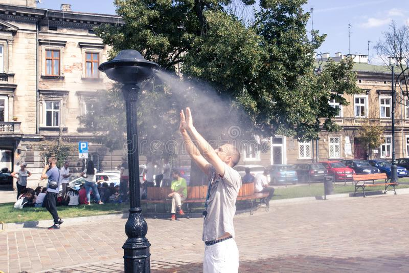 Krakow Polen, Juli 28, 2018, ung man för A står under en stree fotografering för bildbyråer