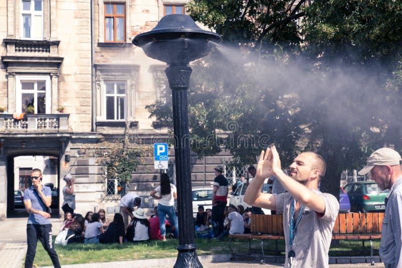 Krakow Polen, Juli 28, 2018, ung man för A står under en stree arkivbild