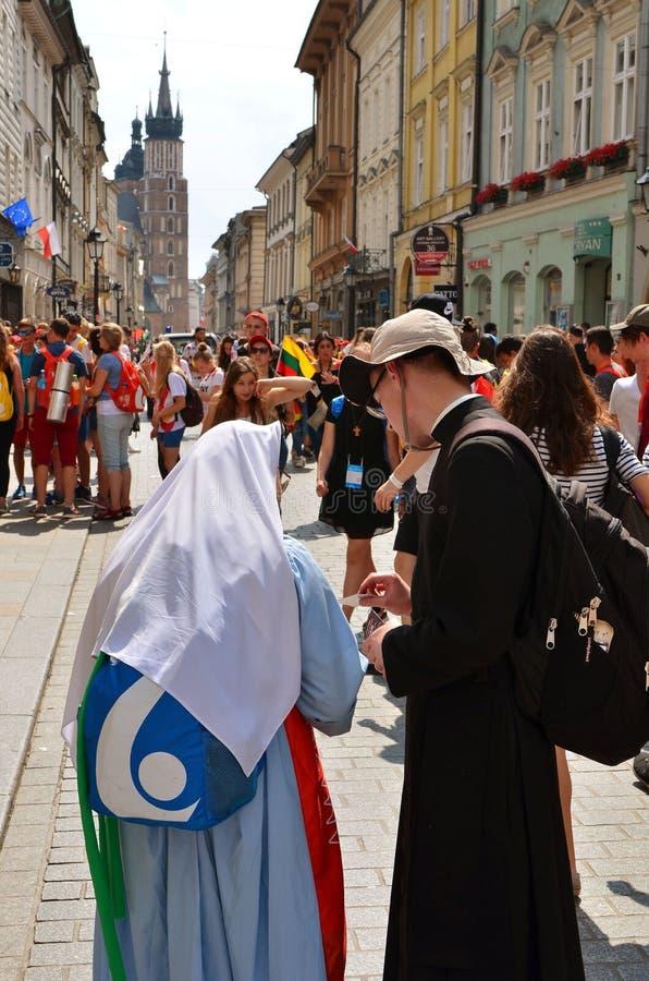 KRAKOW POLEN - JULI 27, 2016: Världsungdomdag 2016 Internationell katolsk ungdomregel Ungdomarpå huvudsaklig fyrkant i Krakow royaltyfri fotografi
