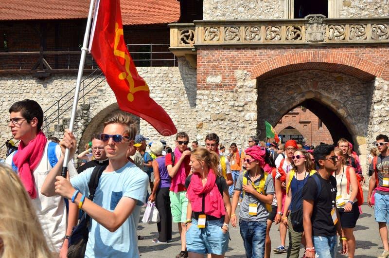 KRAKOW POLEN - JULI 27, 2016: Världsungdomdag 2016 Internationell katolsk ungdomregel Ungdomarpå huvudsaklig fyrkant i Krakow arkivfoton