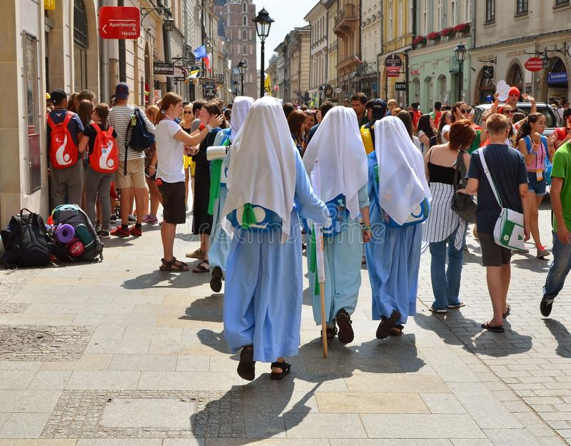 KRAKOW POLEN - JULI 27, 2016: Världsungdomdag 2016 Internationell katolsk ungdomregel Ungdomarpå huvudsaklig fyrkant i Krakow fotografering för bildbyråer