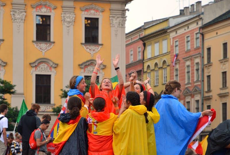 KRAKOW POLEN - JULI 27, 2016: Världsungdomdag 2016 Internationell katolsk ungdomregel Ungdomarpå huvudsaklig fyrkant i Krakow arkivfoto