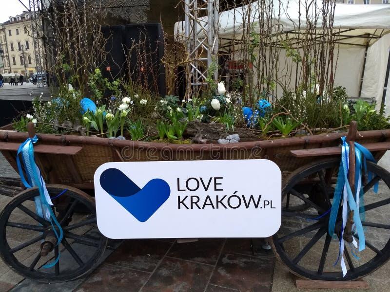 Krakow/Polen - mars 23 2018: Påskmässor på den marknadsRynok fyrkanten i Krakow Kiosk med souvenir, sötsaker och mat _ arkivfoton