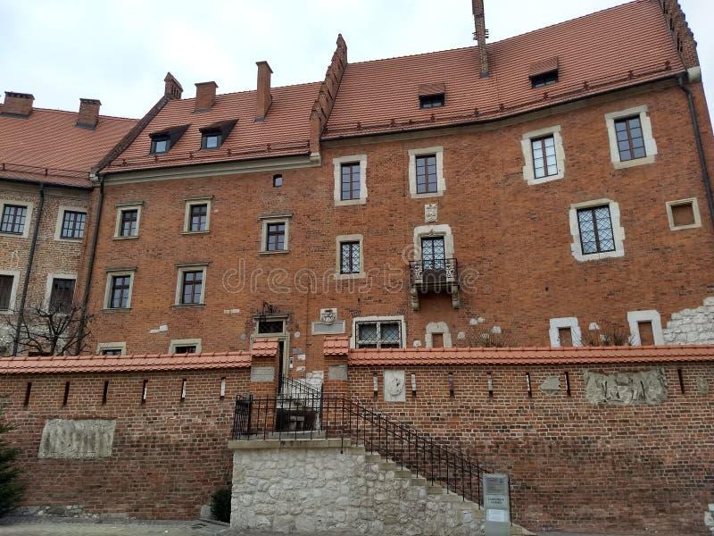 Krakow/Polen - mars 23 2018: Territoriet av den Wawel slotten Torn och väggar, domkyrka, kunglig slott fotografering för bildbyråer