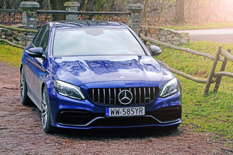 Krakow, Polen 19 02 2020: Nieuwe luxe sportwagen Mercedes-benz C-klasse C63 AMG W205 blauwe kleur, parkeerplaats in het stadspark stock afbeeldingen