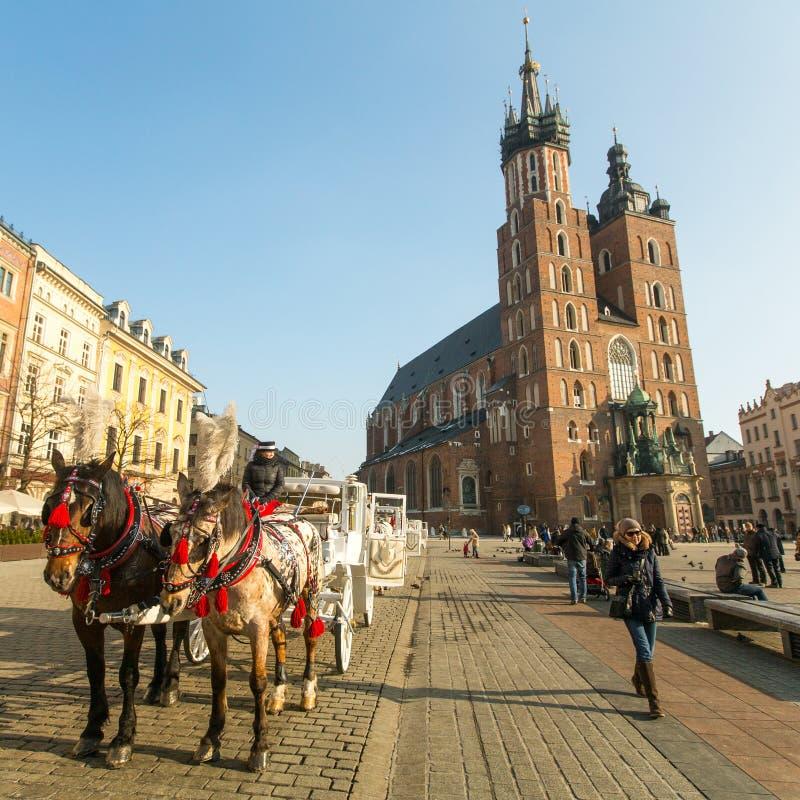 KRAKOW POLEN - Sts Mary kyrka i historisk mitt av Krakow på huvudsaklig fyrkant royaltyfri bild