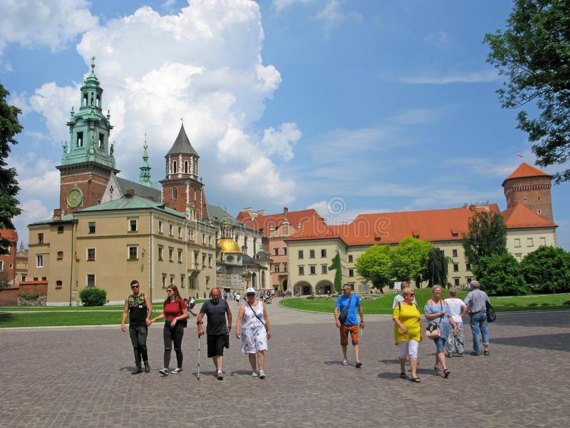Krakow Polen, Wawel slott, grupp människor, turister royaltyfria foton