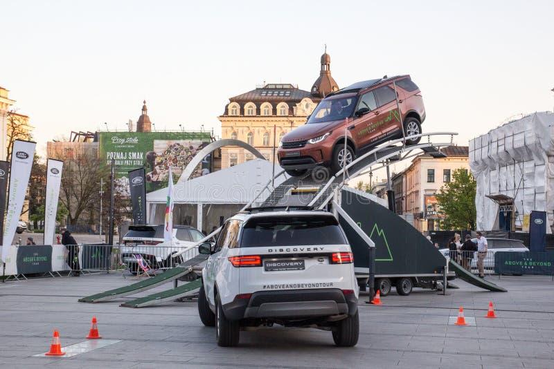 KRAKOW, POLSKA, Kwiecień 18, 2018, Badający dwa samochodów Land Rover dyska fotografia stock