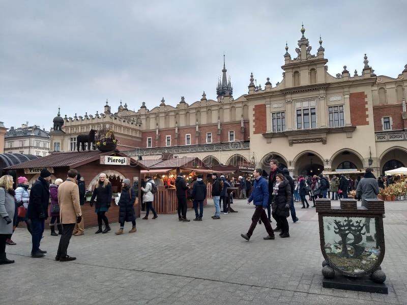 Krakow, Polska, Marzec 23 2018/-: Wielkanocni jarmarki na targowym Rynok obciosują w Krakow Kioski z pamiątkami, cukierkami i jed fotografia royalty free