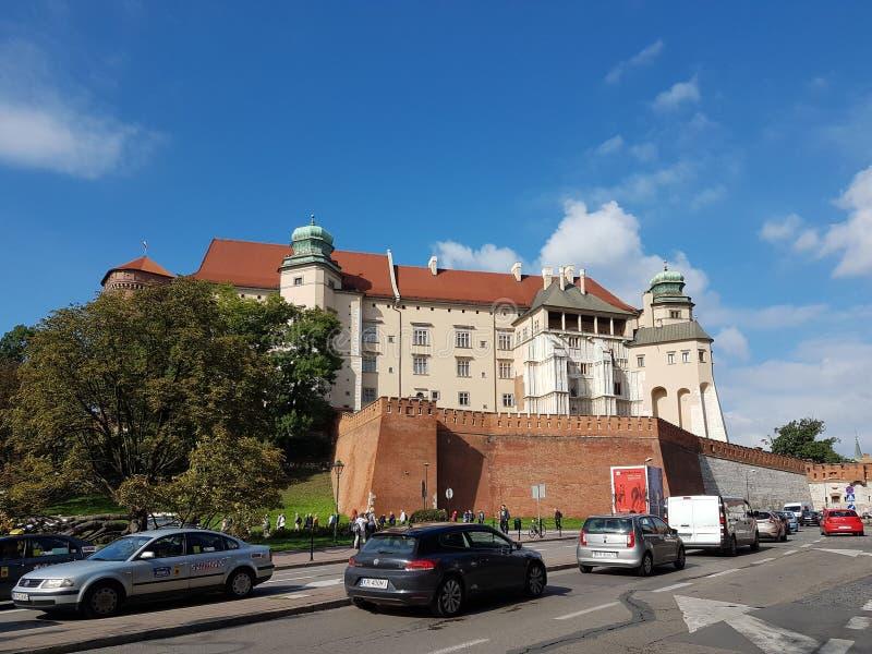 Krakow, Polska - 09 13 2017: Ranku miasteczko po deszczu jasny dzień świeci słońce Kasztel połysk królewiątka obrazy royalty free