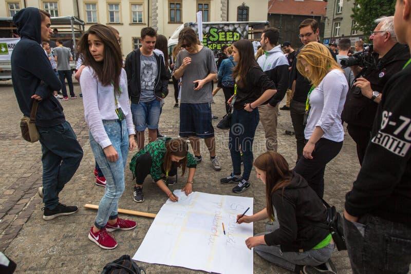KRAKOW, POLSKA - uczestnicy Marzec Dla marihuany wyzwolenia zdjęcie stock