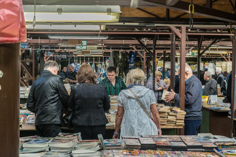 Krakow Polska, Wrzesień, - 21, 2018: Polscy ludzie szuka Tanią drugi rękę Rezerwują przy Krakow Unitarg placem targowym fotografia stock