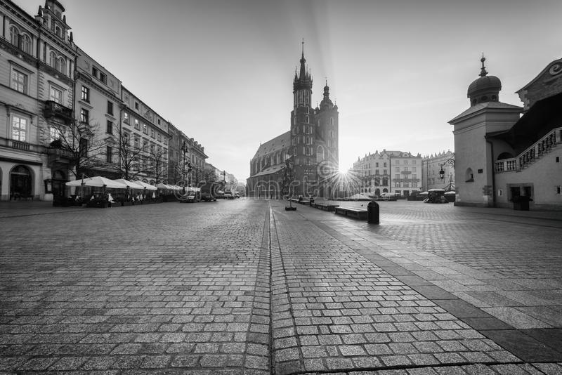 Krakow stary miasteczko, Targowy kwadrat z St ` s Maryjnym kościół przy wschodem słońca, dziejowy centrum pejzaż miejski, Polska, obraz stock