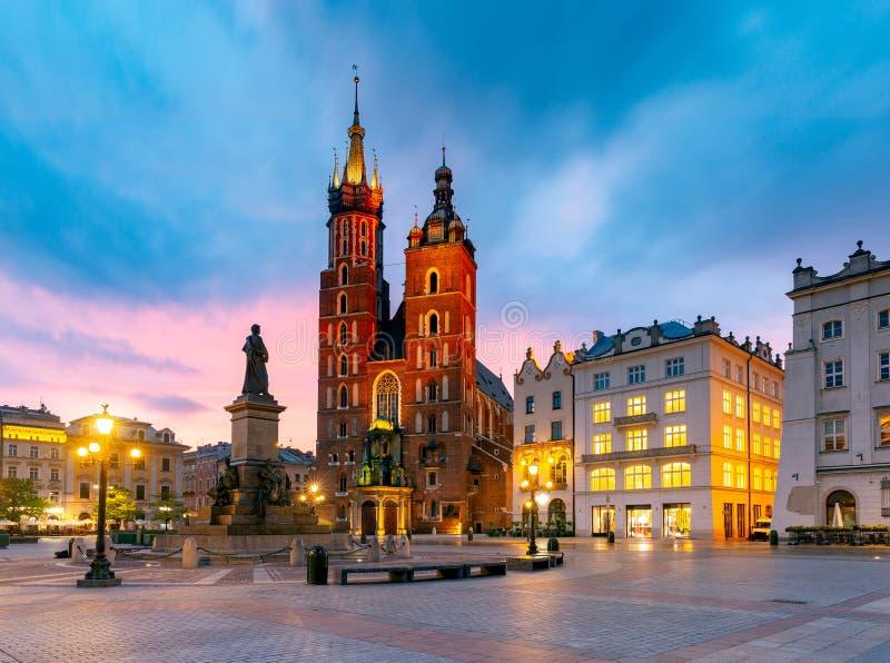 krakow Sts Mary kyrka och marknadsfyrkant p? gryning royaltyfri foto