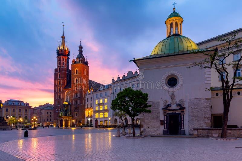 krakow Sts Mary kyrka och marknadsfyrkant p? gryning royaltyfria bilder