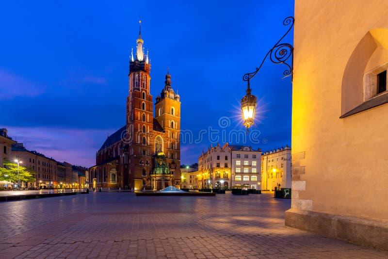 krakow Sts Mary kyrka och marknadsfyrkant p? gryning arkivfoton