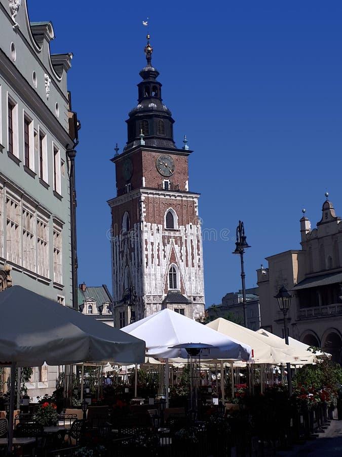 Krakow urząd miasta teraz iść ale wierza Budować wciąż stojaki w Targowym kwadracie fotografia royalty free