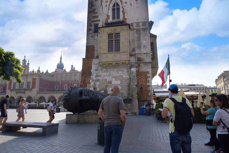 Krakow urząd miasta teraz iść ale wierza Budować wciąż stojaki w Targowym kwadracie zdjęcie royalty free