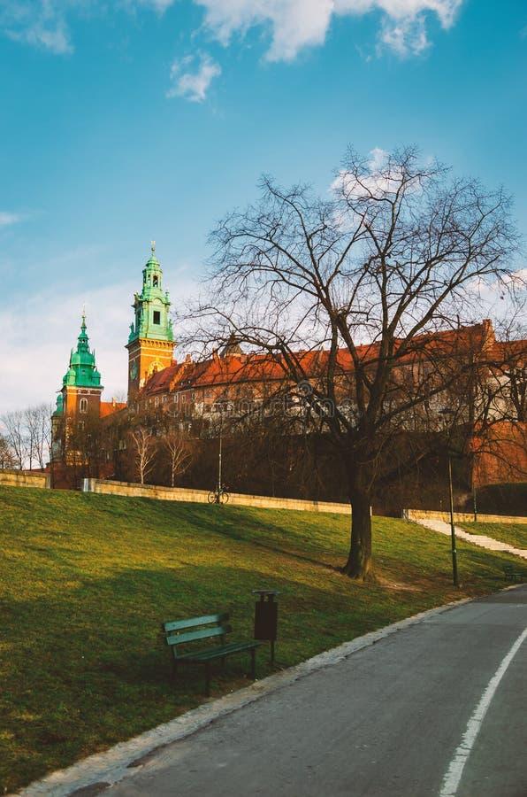 Krakow Wawel kasztel przy zmierzchem przy końcówką Luty, spokój ciepła przyjemna pogoda Bulwar na Vistula rzece zdjęcie stock