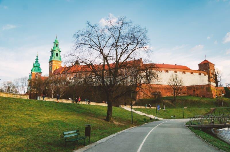 Krakow Wawel kasztel przy zmierzchem przy końcówką Luty, spokój ciepła przyjemna pogoda Bulwar na Vistula rzece zdjęcie royalty free