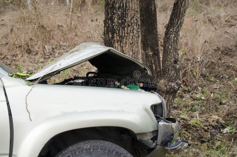 Kraksy samochodowej drzewo obraz stock