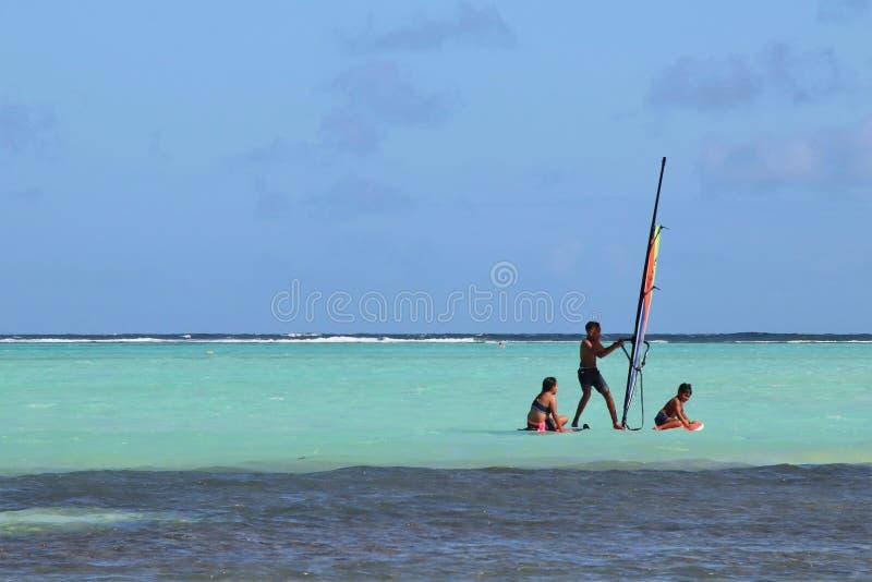 Kralendijk Bonaire: 12/16/2017: Vind som surfar på den Sorobon stranden på ön av Bonaire arkivfoto