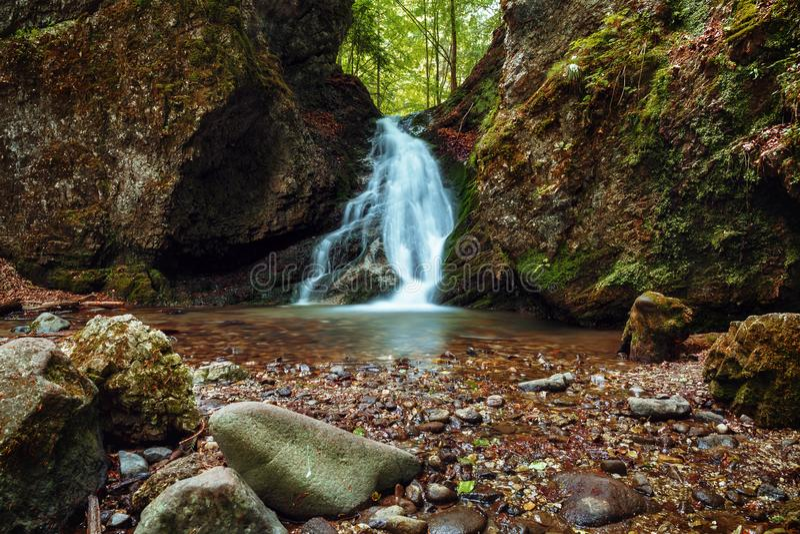 Kralicky vattenfall och Kraliky klyfta - Slovakien arkivbilder