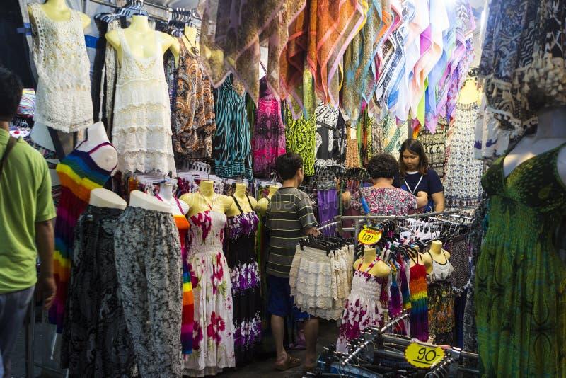 Kram z żeńską odzieżą w Hua Hin nocy rynku, Tajlandia zdjęcie royalty free