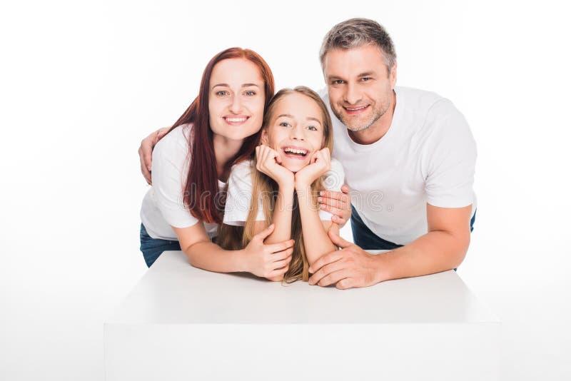 Krama den unga familjen arkivbilder